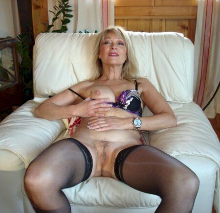 Cougar sexy autoritaire pour coquin qui obéit