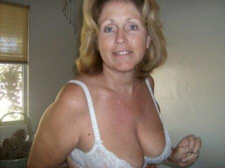 Femme cougar sexy dominatrice pour coquin qui aime la soumission